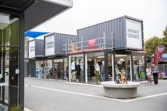 Reprise ou Re : COMMENCEZ le mail, un espace au détail extérieur se composant des boutiques et des magasins dans des récipients d Images libres de droits