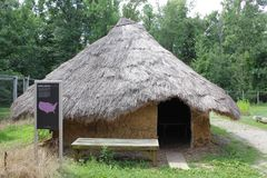Reproducción de las estructuras de Hopewell fuera del parque antiguo del museo del fuerte imagenes de archivo