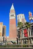 Reproducción de St Mark Campanile, hotel turístico veneciano y casino, Fotos de archivo