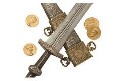 Reproducciones daga de Roman Empire y de la moneda aisladas de los denarios Fotografía de archivo