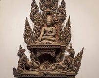 Reproduction d'idole de Bouddha sur la structure d'en cuivre de passage de monastère de Salin Images libres de droits