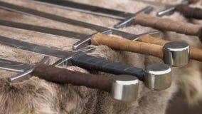 Reproductions médiévales d'armes pour le combat rapproché utilisé dans les guerres sur l'affichage sur la fourrure animale banque de vidéos