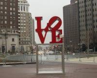 Reproduktion av skulptur för förälskelse för Robert Indiana ` s i John F Kennedy Plaza mittstad, Philadelphia fotografering för bildbyråer