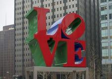 Reproduktion av skulptur för förälskelse för Robert Indiana ` s i John F Kennedy Plaza mittstad, Philadelphia royaltyfri foto