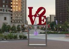 Reproduktion av skulptur för förälskelse för Robert Indiana ` s i John F Kennedy Plaza mittstad, Philadelphia, Pennsylvania arkivfoton