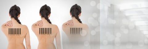 Reproduzca a las mujeres en fila con los códigos de barras encendido detrás Imágenes de archivo libres de regalías