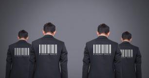 Reproduzca a los hombres en grupo con los códigos de barras en las partes posteriores Foto de archivo libre de regalías