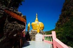 Reproduzieren Sie Kyaiktiyo-Pagode oder goldenes Felsen-Modell bei Tai Ta Ya Mon Stockfotografie