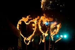 Représentation de rue de soirée avec les torches ardentes sous la forme Image libre de droits