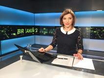 Repórter da tevê na mesa da notícia Foto de Stock Royalty Free