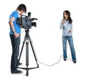 Repórter da tevê que apresenta a notícia no estúdio Fotos de Stock