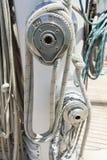 Repsår runt om vinscher på segelbåten royaltyfri foto