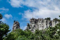 Repstege över avgrund som leder till katolikkorset som överst står av berget, Krim fotografering för bildbyråer