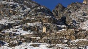 Repubblica Cabardino Balkaria, Russia della torre di battaglia Donna che guarda le montagne innevate