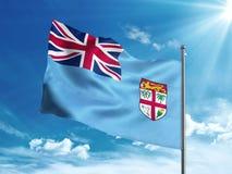 Repubblica della bandiera di Figi che ondeggia nel cielo blu Fotografia Stock