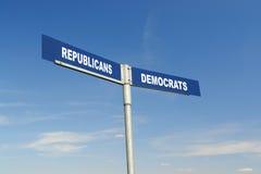 Repubblicani contro il signpost dei Democrats Immagine Stock