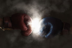 Republicanos y Demócratas en la campaña simbolizada con el boxeo imágenes de archivo libres de regalías