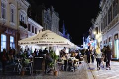 Republicii斯特拉达在晚上在布拉索夫,罗马尼亚 库存图片