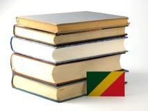 Republiek van de vlag van de Kongo met stapel van boeken op wit worden geïsoleerd dat Royalty-vrije Stock Afbeeldingen