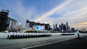 Republik Singapurs-Luftwaffen- und Polizeiaufgebotschutz-vonehrenkontingente, die während Nationaltag-Parade 2013 marschieren Lizenzfreies Stockbild