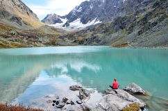 Republika Altai, Ust-Koksinsky okręg, Rosja Młoda kobieta medytuje na kamieniu na jeziornym Kuiguk Kuyguk fotografia royalty free