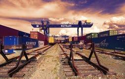 REPUBLIKA CZECH, NYRANY, 27 KWIECIEŃ, 2015: Nyrany zbiornika terminal Przemysłowi dźwigowi ładowniczy zbiorniki przy zmierzchem Obrazy Royalty Free