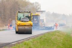 REPUBLIKA CZECH, PLZEN, 10 KWIECIEŃ, 2016: Asfaltowa podesłanie maszyna i wibracja rolownik przy bruk drogowymi pracami Obraz Royalty Free