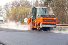 REPUBLIKA CZECH, PLZEN, 7 MAJ, 2016: Asfaltowa podesłanie maszyna i wibracja rolownik przy bruk drogowymi pracami Obraz Royalty Free