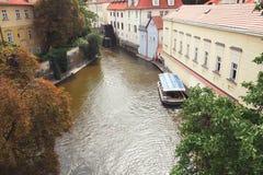 Republika Czech, Praga, certovka rzeka, wodny wodny kanał, pasażerski ferryboat Charles most Obraz Royalty Free