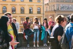 Republika Czech, Praga - 29 09 2017 Grupa różnorodni młodzi ludzie chłodzi na cobblestoned nadbrzeżu rzeki w słonecznym dniu Obraz Stock