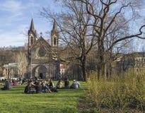 Republika Czech, Praga, Kwiecień 10, 2018: grupy ludzi relaksować Fotografia Stock