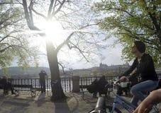 Republika Czech Praga 11 04 2014: Młodej dziewczyny kolarstwo w capitol miasta kobiecie chłodzi na słonecznym dniu Zdjęcia Stock