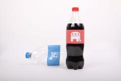 Republikansk elefant- och demokratåsna på drinkflaskorna Arkivfoto