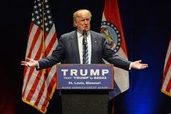 Republikeinse Frontrunner Donald Trump die aan Verdedigers spreken