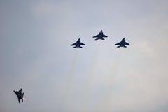 Republiken av Singapore flygvapen F15-SG som utför en flygparad under nationell dag, ståtar repetitionen (NDP) 2013 royaltyfria bilder