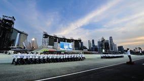 Republiken av Singapore flygvapen- och polisstyrkavakt-av-heder kontingenter som marscherar under nationell dag, ståtar 2013 Royaltyfri Bild