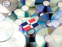 Republiki Dominikańskiej flaga na górze cd i DVD stosu odizolowywającego na wh Obrazy Stock
