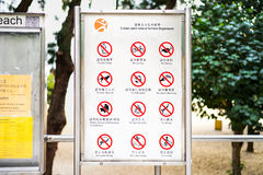 Repulse-Bucht, Hong Kong - 19. November 2015: Zwölf warnende chinesische Zeichen Lizenzfreie Stockfotografie
