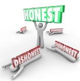 Reputación fuerte honesta Si de Person Wins Vs Dishonest Competitors Imágenes de archivo libres de regalías