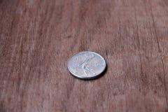 REPVBBLICA ITALIANA, moneta dell'Italia al contrario di una moneta sul pavimento di legno Immagini Stock