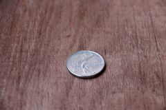 REPVBBLICA ITALIANA, mynt av Italien i omvänt av ett mynt på trägolvet Arkivbilder