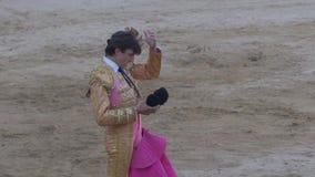 Requena, Ισπανία - 2 Σεπτεμβρίου 2017: Ταυρομάχος Varea έτοιμο να κάνει την εργασία με τον ταύρο απόθεμα βίντεο