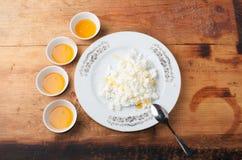 Requesón bajo en calorías dietético con el bocado de la miel, sabroso y sano, fotografía de archivo libre de regalías