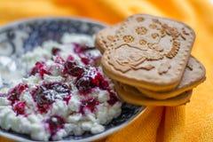 Requesón con el atasco y la menta del arándano para el desayuno Foto de archivo libre de regalías