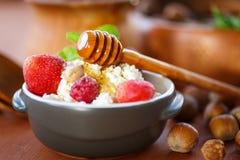 Requesón con la fruta fresca y la miel Fotografía de archivo libre de regalías