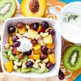 Requesón con la fruta y las nueces Fotografía de archivo