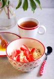 Requesón con la miel y la fresa imagenes de archivo