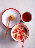 Requesón con la miel y la fresa fotos de archivo