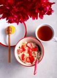 Requesón con la miel y la fresa foto de archivo