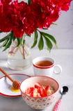 Requesón con la miel y la fresa imágenes de archivo libres de regalías
